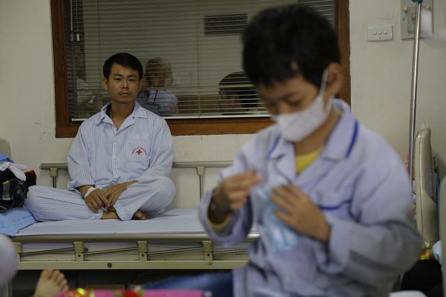 xót lòng cảnh 2 bố con cùng bị ung thư máu, quặt quẹo chăm nhau trong bệnh viện