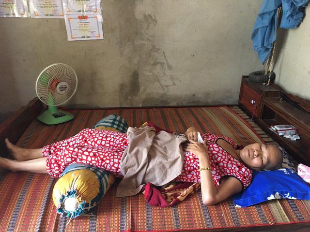 Ba chị em bán vé số cầu mong có tiền chữa bệnh cho mẹ