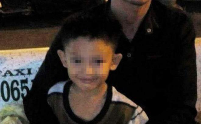 mẹ ruột bé 8 tuổi từ vong thản nhiên ngồi cắn hạt dưa, cười nói trong đám tang con trai
