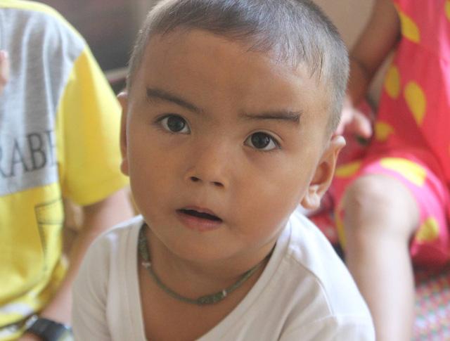 Xót xa chồng qua đời người mẹ nghèo gồng mình nuôi ba đứa con bị tan máu bẩm sinh