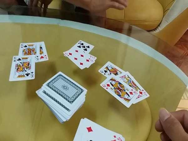 Phỏm được chơi chủ yếu ở miền Bắc, còn trong khu vực miền Nam sẽ biết đến game này với cái tên là bài tá lả